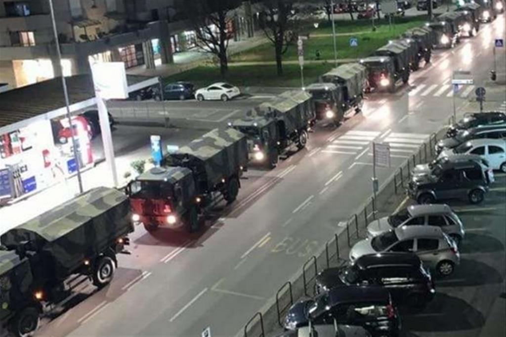 Carri militari a Bergamo, che portano le bare dei morti di Covid, in fila fuori del cimitero