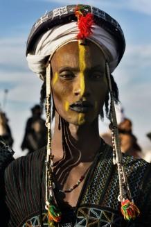giovane uomo vestito e truccato per festa in Niger 2018 by Laura Salvinelli