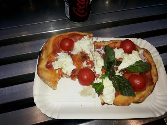 Disloghi di periferia ai tempi del Covid: fila per la pizza